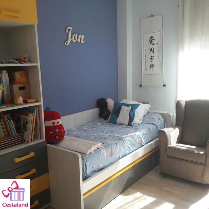 habitación infantil decorada con letras