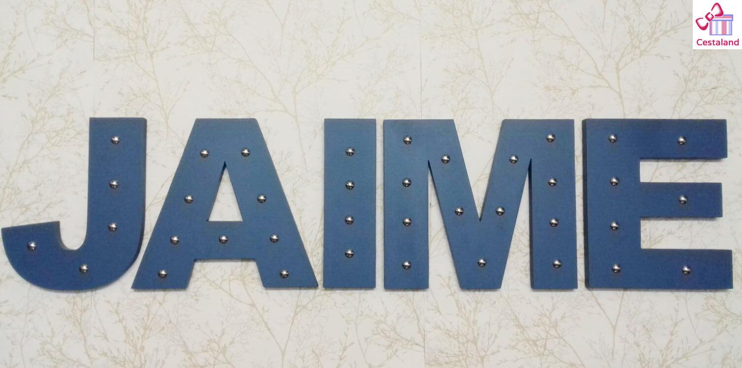 letras pared con tachuelas Jaime