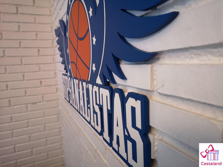 detalle del logotipo corporeo en madera personalizado